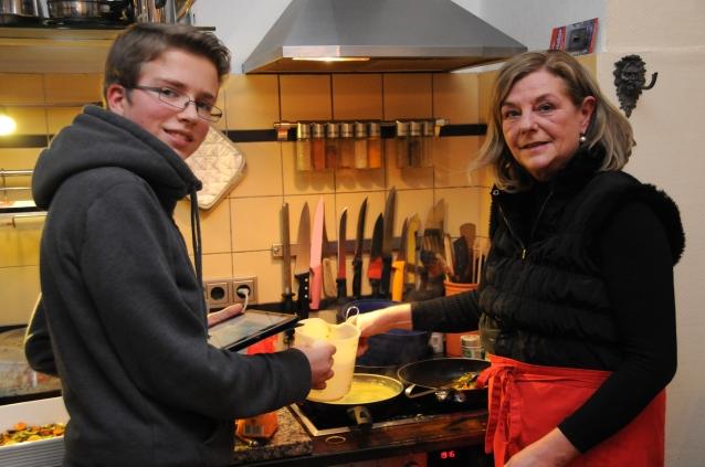 Jannis und Christiane bei der Zubereitung der Sauce Hollandaise.