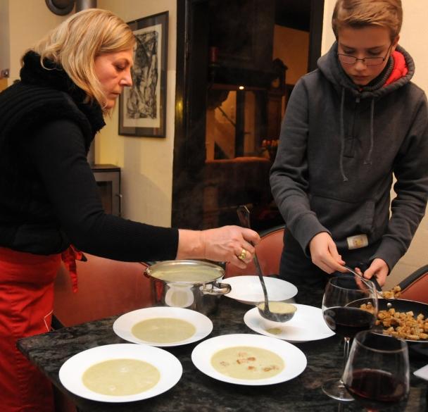 Christiane und Jannis richten die Rosenkohlsuppe an.
