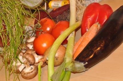 Ratatouille-Aubergine-Zwiebel-Tomate-Paprika-Möhre-Champignons-Frühlingszwiebel-Schnittlauch