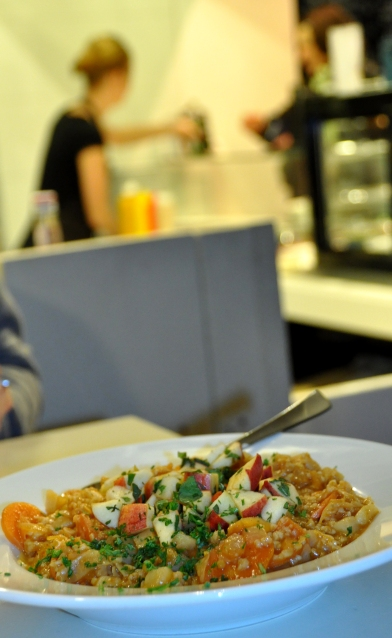 Das Tagesgericht vor einigen Wochen lautete: Spitzkohl-Kartoffel-Teller mit Bulgur, Möhre und Apfel-Minz-Topping.