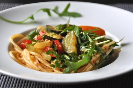 Nudelsalat mit mediterranem Gemüse-Zucchini-Paprika-Fenchel-Tomaten-Pesto-neu