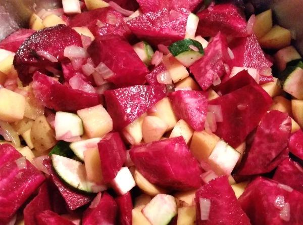 Rote-Bete-Suppe-mit-Kartoffeln-Zucchini-Meerrettich (7)