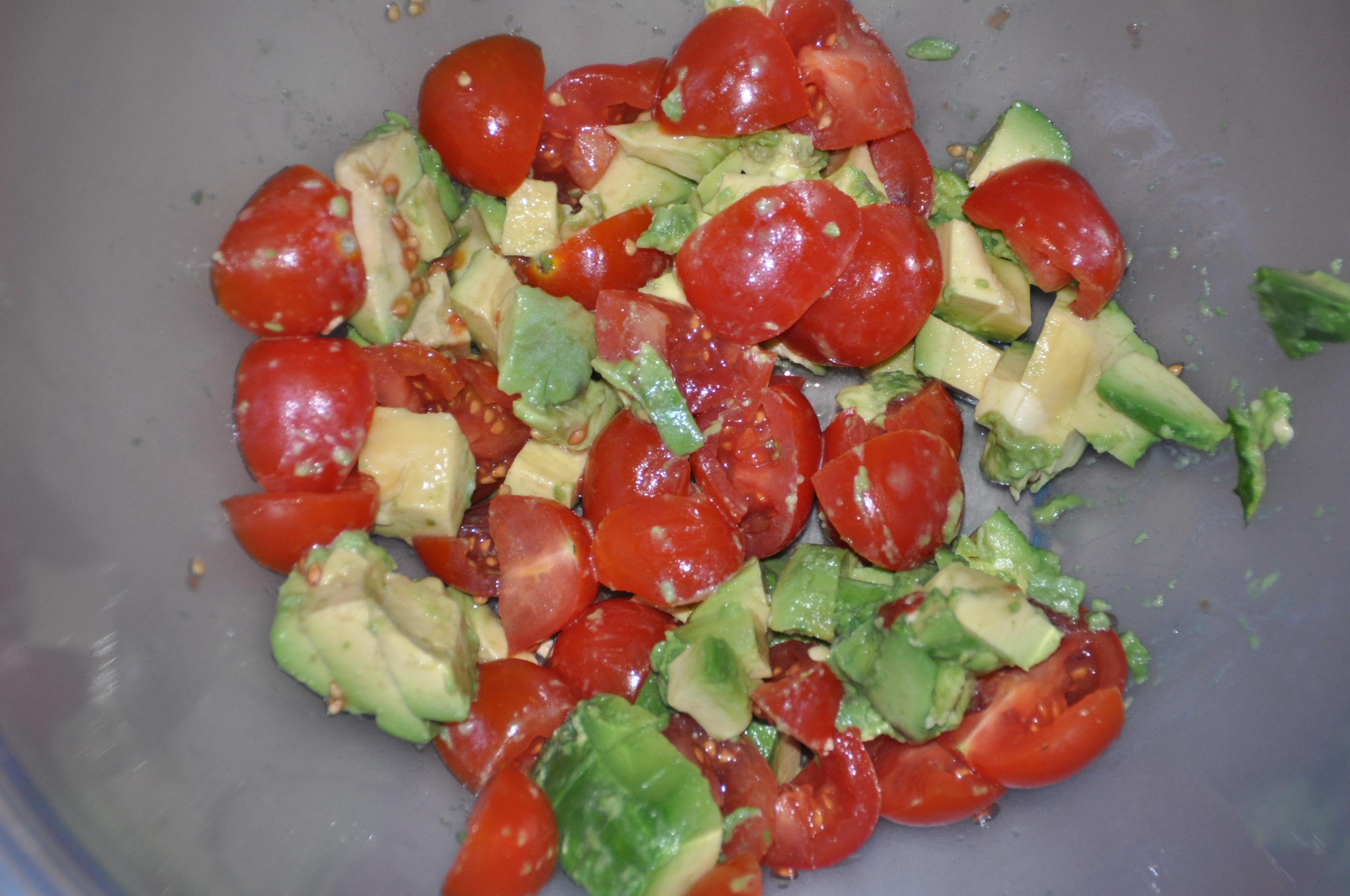 salat mit avocado paprika tomaten. Black Bedroom Furniture Sets. Home Design Ideas