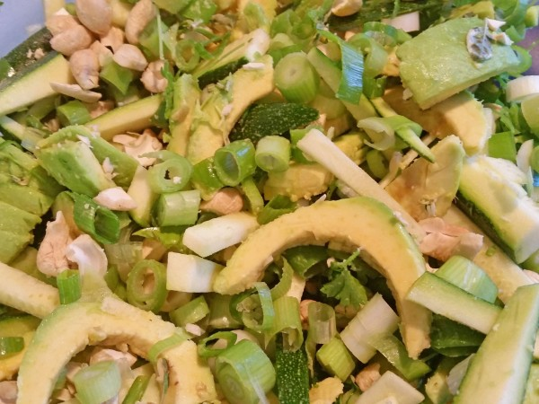 Avocado-Zucchini-Frühlingszwiebel-Salat mit Kartoffelpuffern (3)