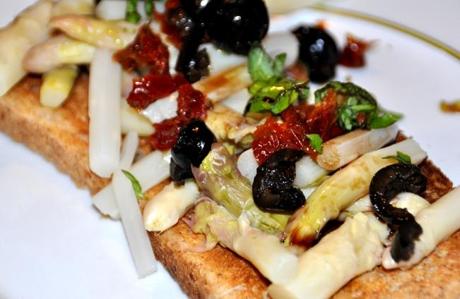 Spargeltoast mit Tomaten und Oliven (1)