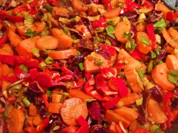moehren-rotkohl-curry-mit-kichererbsen-und-paprikastreifen-2