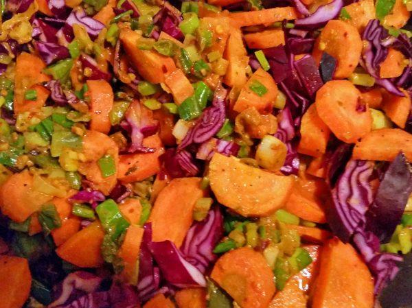 moehren-rotkohl-curry-mit-kichererbsen-und-paprikastreifen